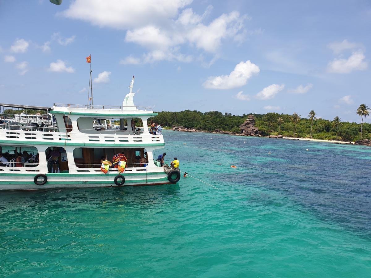 Đắm mình khi nằm trên thuyền giữa bãi biển Phú Quốc tuyệt đẹp. Mua ngay trên Klook giá rẻ