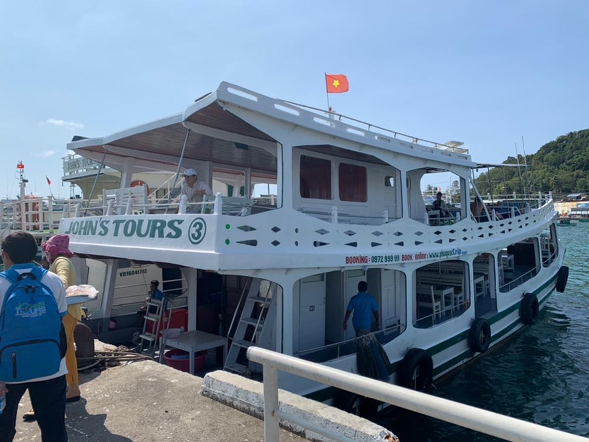 Tàu John's Tours số 3 đậu gần Bãi Sao